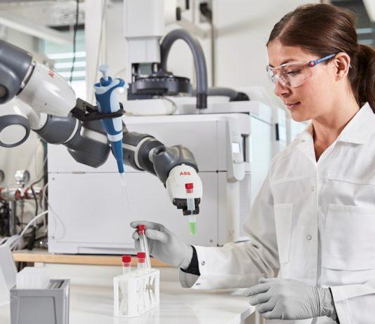 robot ABB w laboratorium